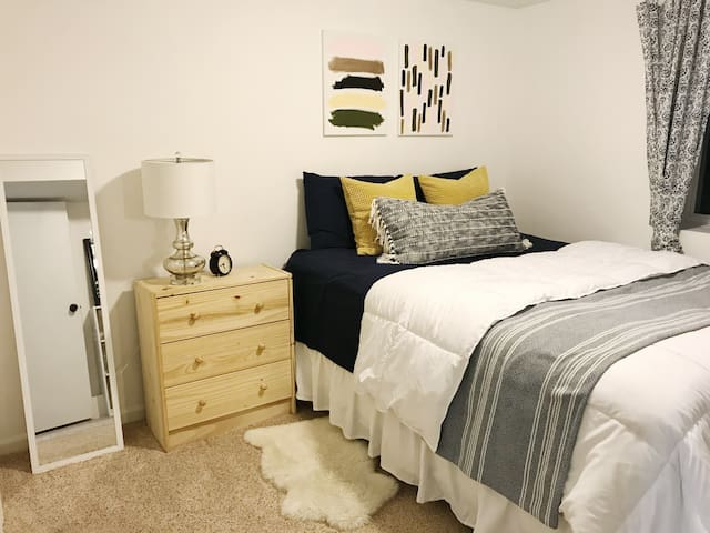 ★Private Bedroom + Bathroom 10 Miles From Downtown