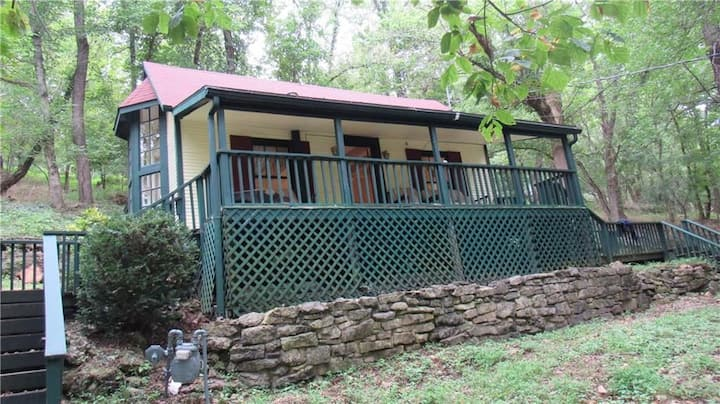 Buchman Cottage, Authentic Eureka Springs, Quaint & Private, Easy walk to Downtown, Jetted Tub