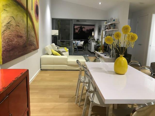 Modern centrally located Hamilton apartment