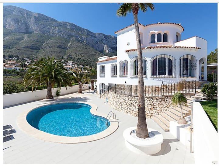 Villa,  Vue Mer, 1,5 km de la plage et du centre.