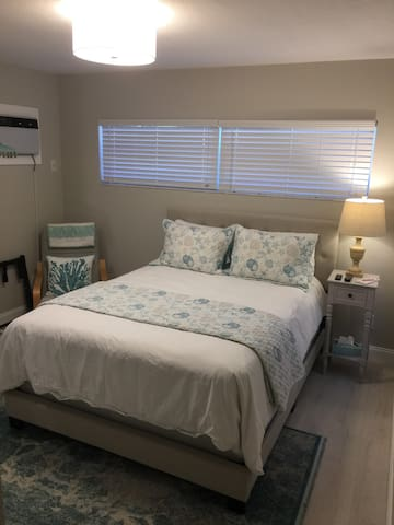 Private Bedroom, private entrance. Queen Bed
