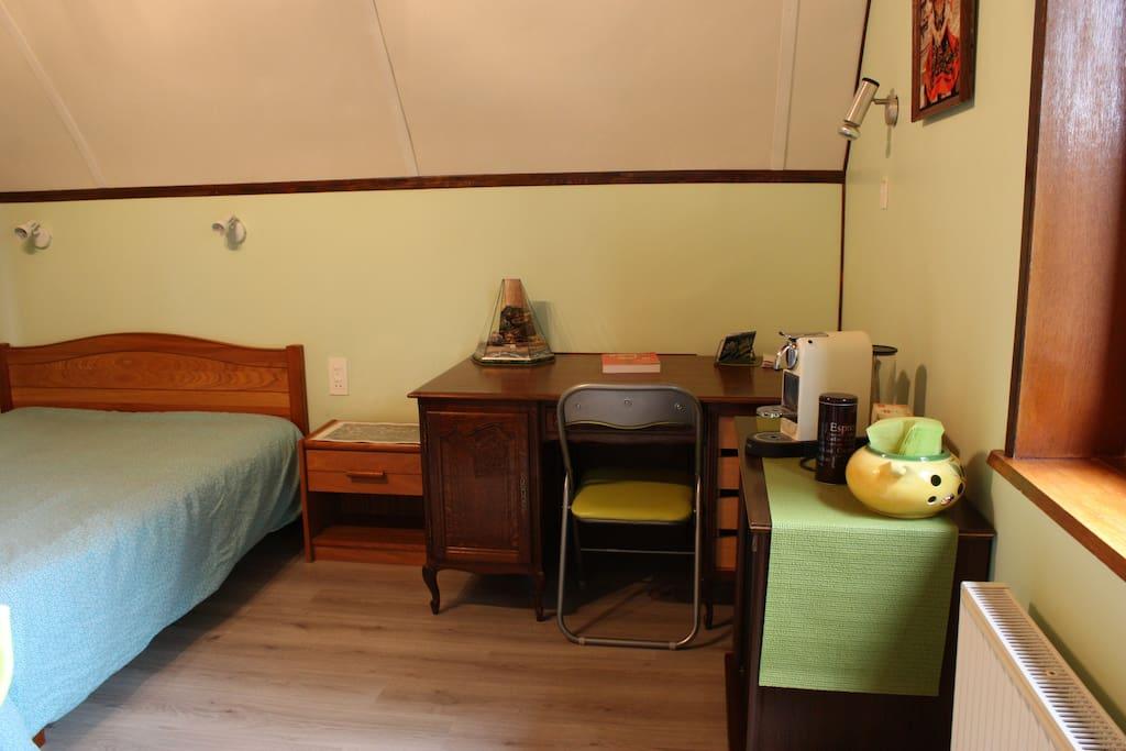 ... Bureau avec connexion wifi. Café, thé, tisane à votre disposition.