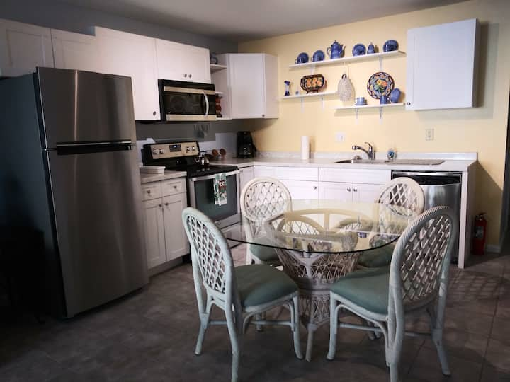 The Three Sisters Pelican, Private 2 Bed Rm Apt.
