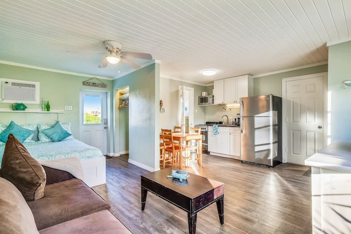 Waterfront studio with quick open water access! Snowbird-friendly!