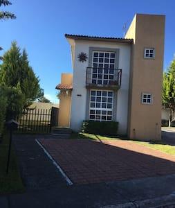 Casa Entera con Jardín  Dentro de Fraccionamiento