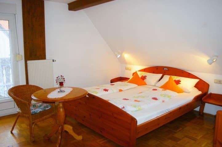 """Gasthaus """"Zur Krone"""" (Windelsbach), DZ Haferstube mit Südbalkon"""