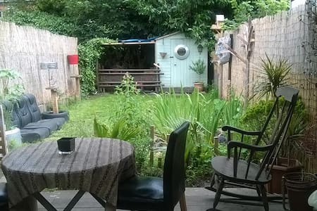 Double room and friendly house with garden. - Londres - Apartamento