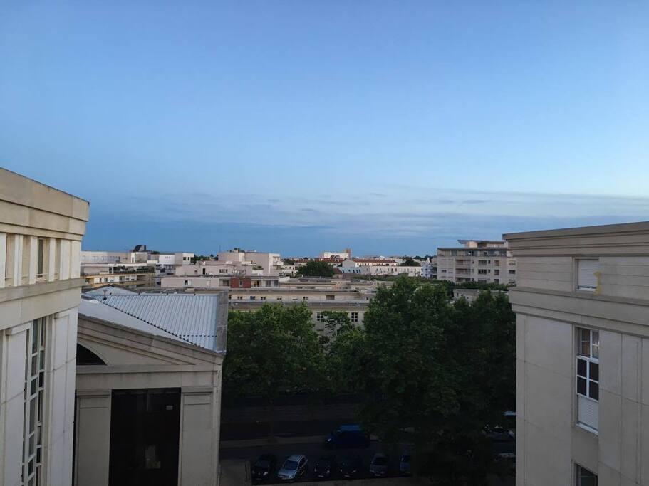 Jolie vue sur la ville depuis l'appartement