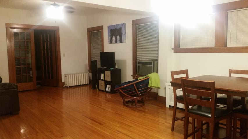 Cozy Convenience! Walk Downtown! - Lincoln - Apartment
