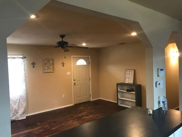 Nick's Home, BD2 private room w/ full & twin bed.