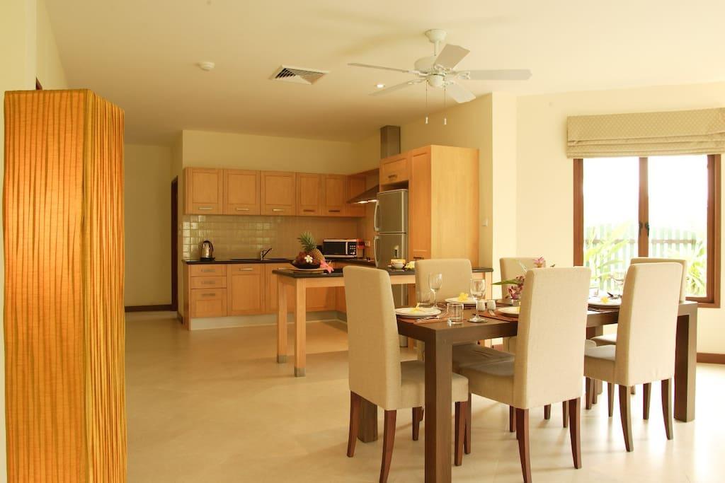 Küche und Esstisch kitchen and dining table