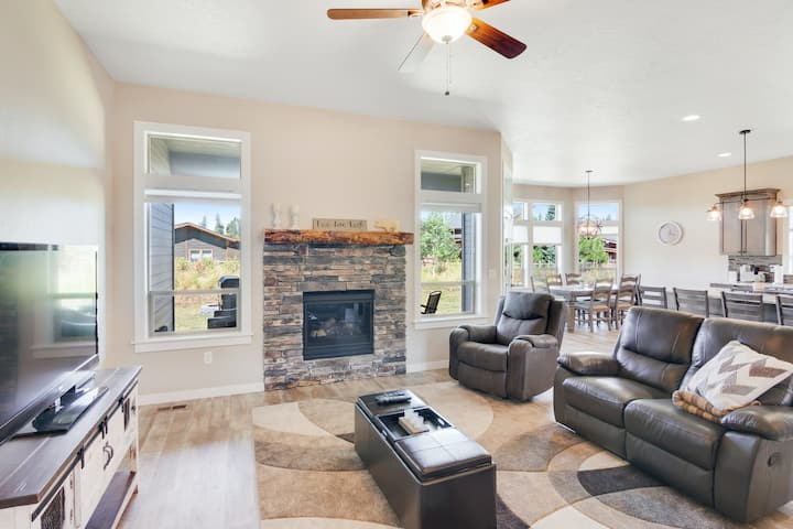 Newly-built family-friendly home w/ a private patio & free WiFi - close to lake!