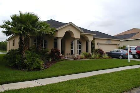 Waterfront pool home near UCF - Orlando