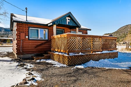 Lovely log cabin with private hot tub & deck - dogs, hikers & skiers welcome!