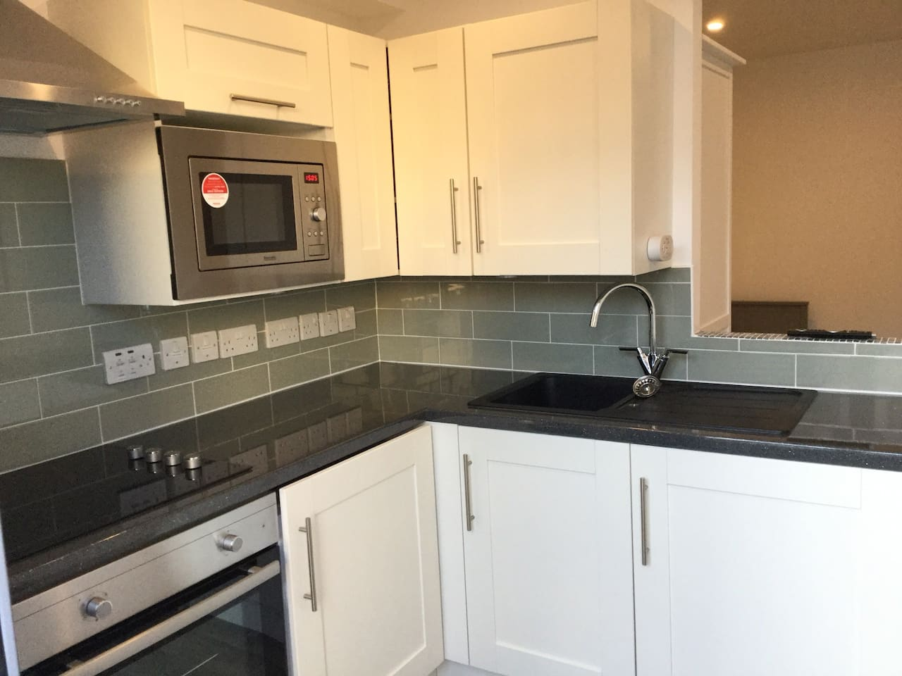 Stylish brand new kitchen including all mod cons. Electric hob & oven, built-in microwave, fridge & washing machine. Carbon dioxide monitor erected although Studio is all electric !