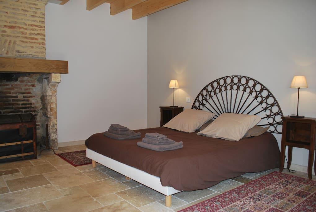 Chambre du rdc avec son lit de 160X200 - Gîte de la Guirandole-Dordogne