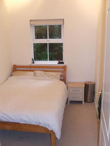 Double room with excellent links to the airport.