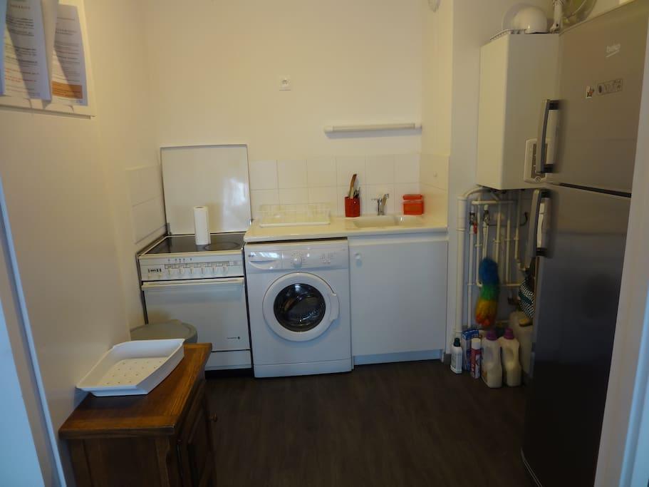 cuisine électrique équipée de tout, four, micro ondes, machine à laver le linge et frigo