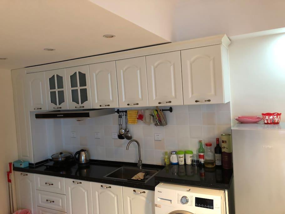 开放式厨房(无燃气,是电磁炉)