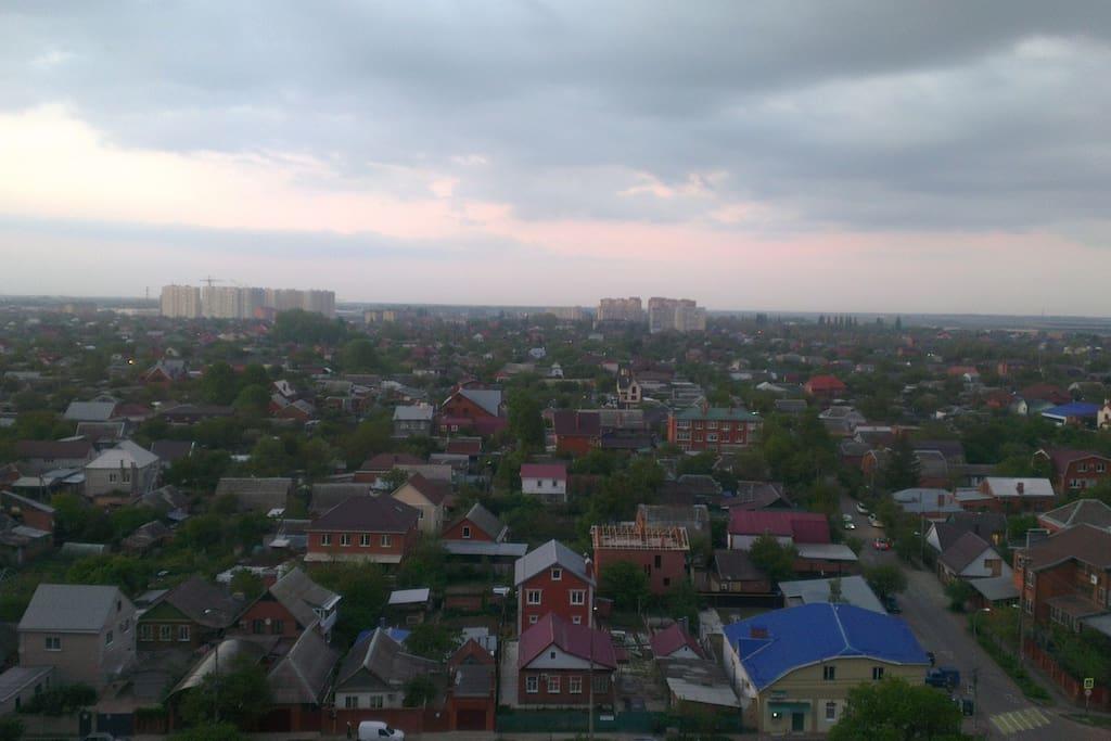 Вид на тихий зеленый район города.