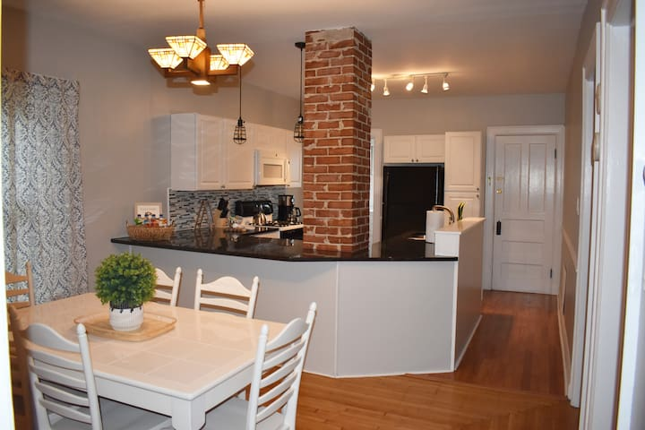 Sunny, Spacious 2BD close to Delaware Park