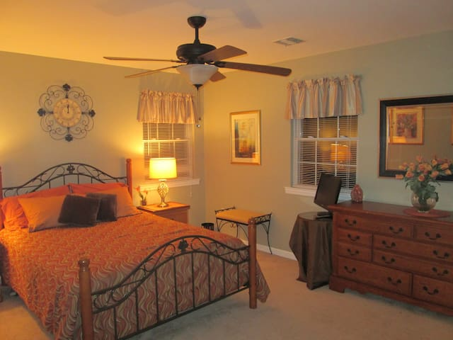 Spacious Bedroom close to Stony Brook University - Centereach - Bed & Breakfast