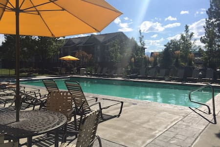 30 minutes from Snowbird and Alta ski resorts. Cute two bedroom apartment with year around hot tub, seasonal pool, gym, outdoor tennis courts and indoor racquetball & b-ball. Our extra bedroom for guests contains a full sized futon and office desk.