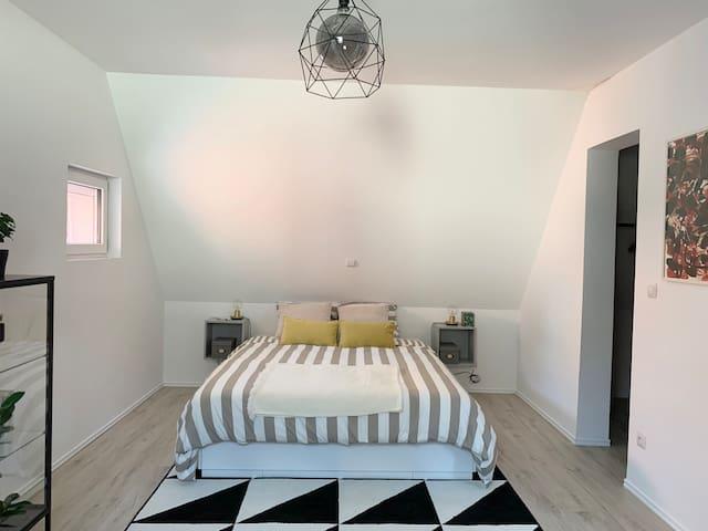 Première chambre avec lit queen size (160x200 cm) et dressing