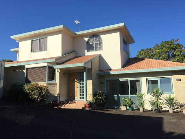 Cute 2 bedroom unit with large deck - Auckland - House