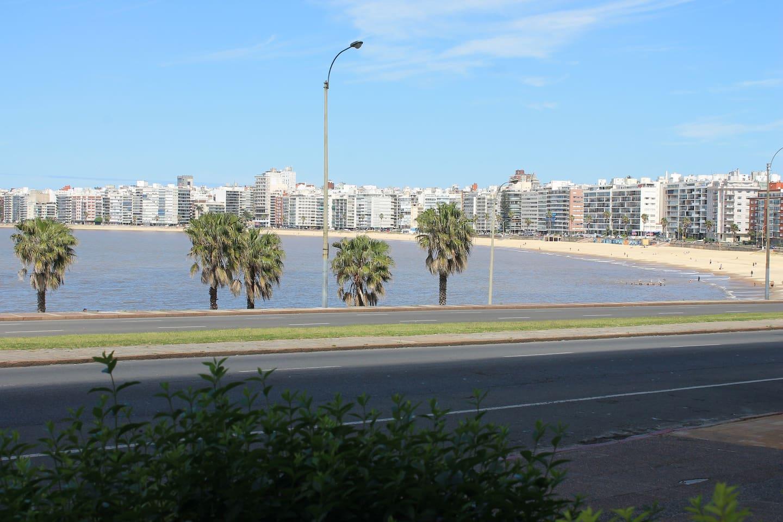 Vista desde ingreso al edificio. Playa de Pocitos.