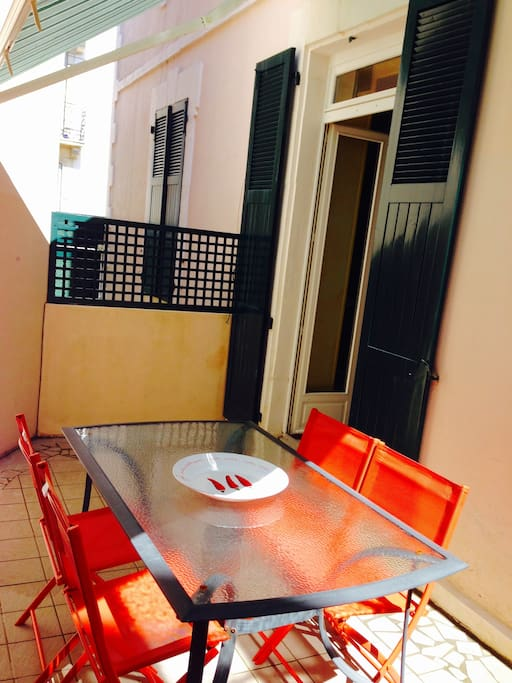 terrasse ensoleillée avec coin repas et store banne
