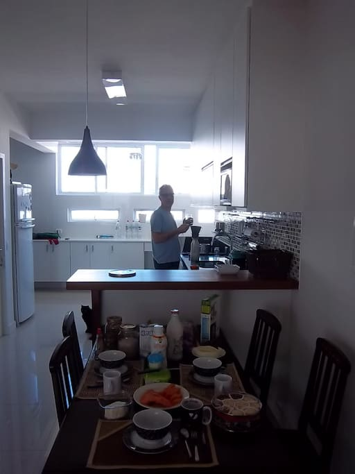 Área de café e cozinha