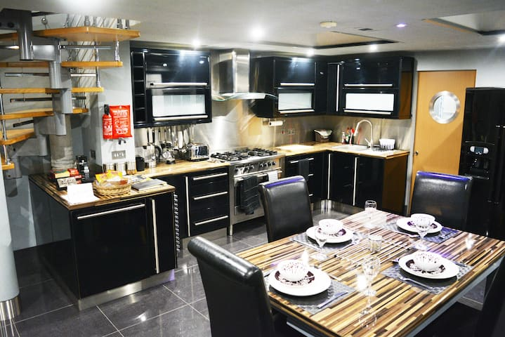 A Modern, Chic Kitchen and Dining Area Complete With Professional Five Ring Gas Cooker