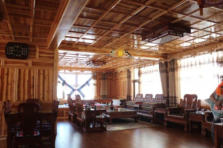 毗邻寺院 超大藏式实木全包文化体验屋