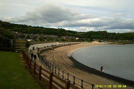 Double room in seaside town near Edinburgh