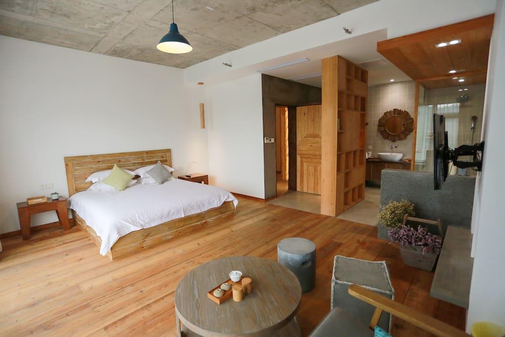 木质小屋,带着行云流水的纹理,质朴的手感和感性的美