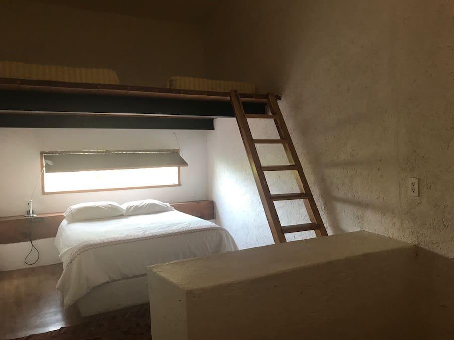 Cuarto completo con cama queen y tapanco con dos camas