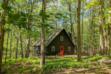 The Pocono Cabin - 10 min walk to Arrowhead Lake!
