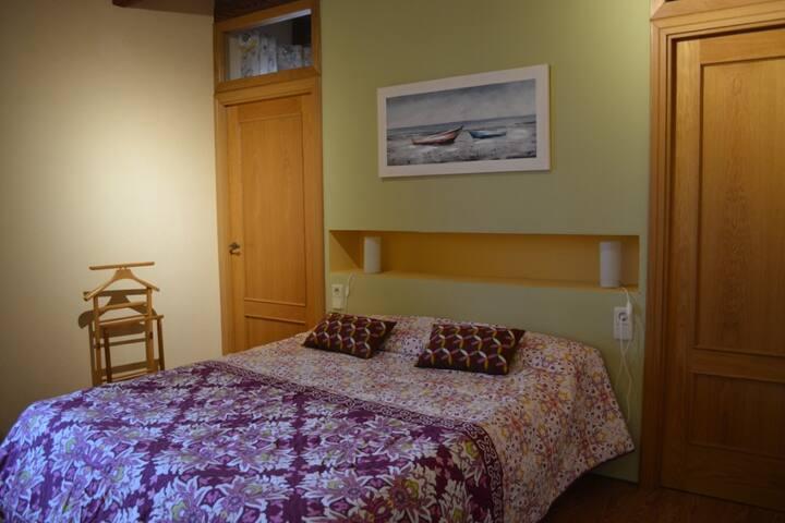 Habitación con vestidor y baño privados