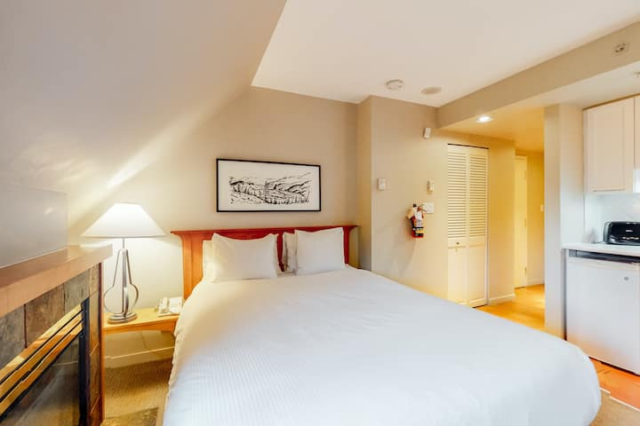 Inviting 6th floor studio w/ great location near the lifts & shared hot tub