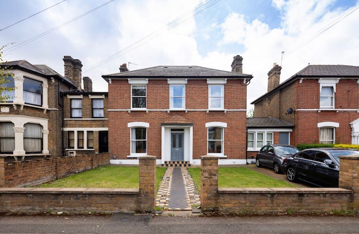 Self contained 1 bedroom garden Flat with parking
