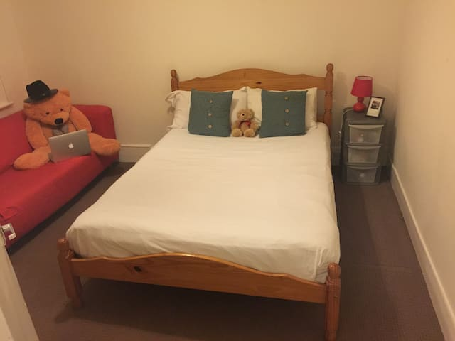 HUGE COSY DOUBLE ROOM - GREAT TRANSPORT OPTIONS