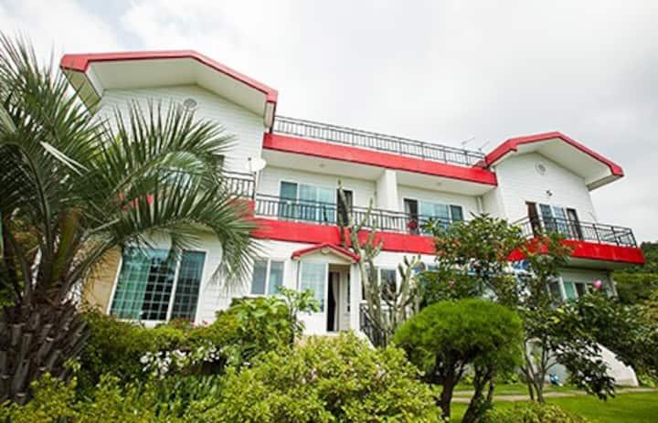 제주 한달살기! 빨간지붕 펜션(Jeju Red Roof Pension)_56m2/17평-3