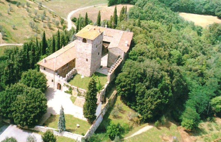 torre medievale a 15 km da firenze