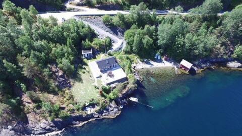 Flott hytte ved sjøen i Hardangerfjorden til leie