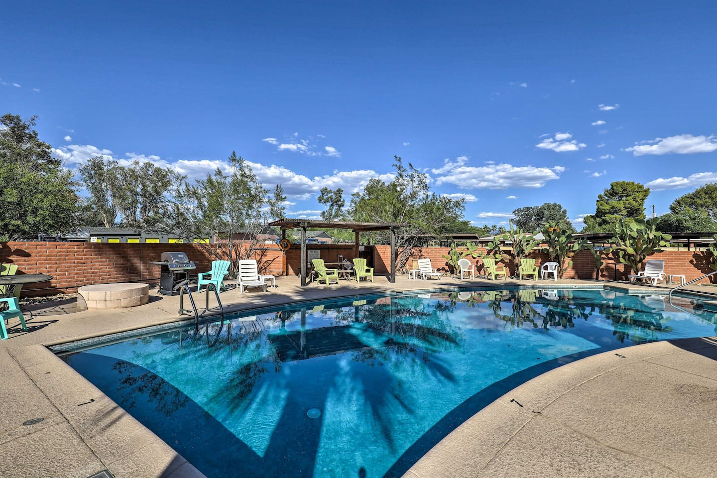 Your ideal Tucson getaway awaits your group of 4!