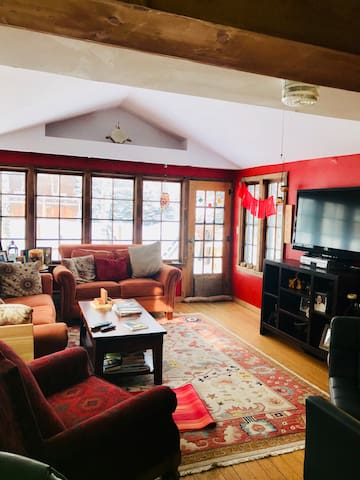 CB downtown house with flare 2 rooms & amenities