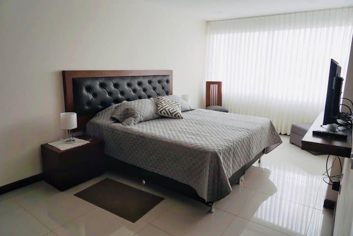 Dormitorio principal en suite cama XL con Smart TV