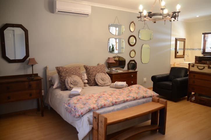 A Spacious Room in the Heart of the Vineyards - Paarl - House