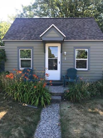 Super cute studio cottage for 2!